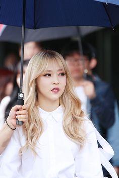 moomoocentral Kpop Girl Groups, Korean Girl Groups, Kpop Girls, Blonde Bangs, Blonde Hair, Wavy Hair, Blonde Asian, Rapper, Chica Cool