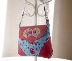 This is my Betsy bag. A large shoulder bag – so much fun to make which I'm sure will be adored by everyone! Project available as a download here: http://www.debbieshore.tv/product/betsy-owl-bag-pattern-instruction-download/