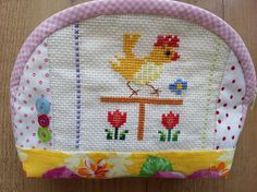 astuccio portatrucco in patchwork con pulcino in punto croce / Quilted cosmetic pouch with cross-stitched chick and tulips/quilted pouch Cosmetic Pouch, Quilt Making, Cross Stitch, How To Make, Scrappy Quilts, Fabrics, Punto De Cruz, Crossstitch, Needlepoint