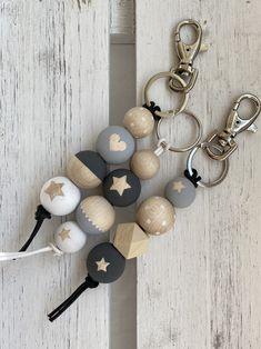 Diy Home Crafts, Cute Crafts, Bead Crafts, Wooden Bead Necklaces, Wooden Beads, Wood Peg Dolls, Bazaar Crafts, Pom Pom Crafts, Diy Keychain