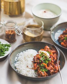 Chili con carne is echt comfortfood, simpel en hartverwarmend. Mexican Food Recipes, Healthy Recipes, Ethnic Recipes, Healthy Food, Pasta Recipes, Spicy, Curry, Good Food, Food And Drink