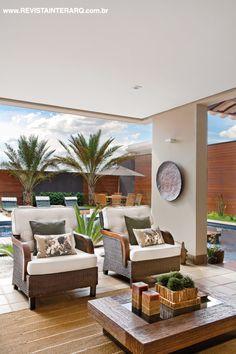 O piso Brennand reveste toda a varanda e valoriza a beleza dos móveis em fibra sintética e madeira (Artenal)