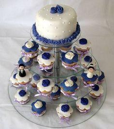 Essa torre é bem legal para os noivos que querem uma festa de casamento menor com poucas pessoas ou querem incrementar a mesa de doces os cupcakes para os convidados e o mini bolo para os noivos levarem para casa.