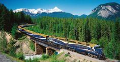 Andenschluchten auf 4000 Metern Höhe überqueren, mit dem Zug durch neun Zeitzonen oder über das größte Stück Kalkstein der Erde fahren: Wir zeigen zehn spektakuläre Strecken, auf denen Eisenbahnfahren alles andere als langweilig ist.