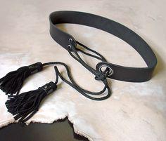 Schwarze Frauen Gürtel, aus schweres Leder hergestellt. Dieser Gürtel hat einzigartiges Design mit Metall-Löcher und Wildleder Quasten gebunden. Es