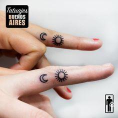Tatuaje sol y luna en los dedos, tattoos minimalistas para hermanas: #tattoo #tatuaje #dedos #sol #luna #hermanas #mujeres #delicados #chicas #TatuajesBuenosAires #sololineas