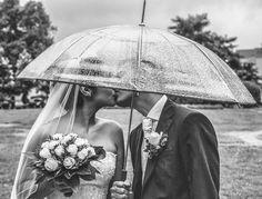 Regen? Die beiden haben nichts mitbekommen. :) #Hochzeit #Hochzeitsfotograf…