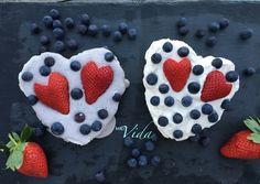 Pavlova zum Valentinstag: ein australischen Dessert, dass für die Naschkatzen unter uns gerade richtig ist. Keto-taugliches Baiser mit Sahne und Beeren.
