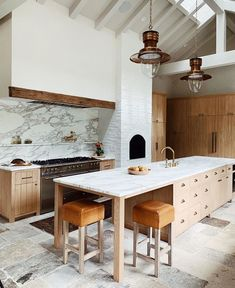 Can I move in? Love this gorgeous marble kitchen with wood cabinets. Malibu Homes, San Diego Houses, Amber Interiors, Home Trends, Large Homes, Interior Design Studio, Beautiful Kitchens, Dream Kitchens, Foto E Video