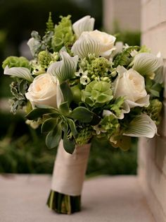 Love the greenery in this wedding bouquet