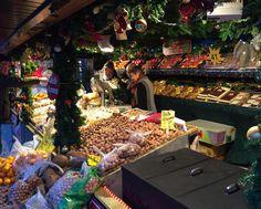 Bayreuths zweitschönste Weihnachtsbude auf dem #Christkindlesmarkt in #Bayreuth. Es gibt heiße Maronitisch und ganz viel Obst.  #weihnachtsmarkt #maroni #obst #franken #instafood #instafruit