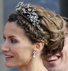 Crown Princess Letizia wearing the Mellerio Floral Tiara Royal Crowns, Royal Tiaras, Tiaras And Crowns, Royal Hairstyles, Tiara Hairstyles, Updo Hairstyle, Wedding Hairstyle, Princesa Real, Royal Jewelry