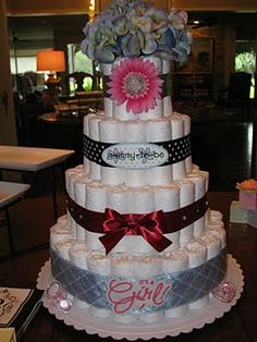 Diaper cake... Ok one of my friends needs a baby so I can make this!