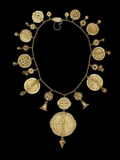 Register 1942:  Gold necklace with discoid badges with openwork decoration and geometric pattern mounted on a European chain and clasp.