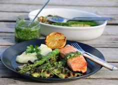 Laks med blomkålmos, grillede grønnsaker og pistou