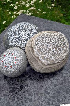 """Kiviä piti koristella pöydälleni. """"Keventää"""" jotenkin olemustani...pah, sanon minä...640 kiloa ei ole vielä paljon! Oikea kesäkeittiö vasta painaakin! Concrete Stone, Cement, Stone Painting, Hygge, Garden Art, Diy And Crafts, Xmas, Animation, Flowers"""