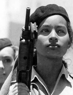 revolucionaria, Alberto Korda. #Cuba. 1962 St Joseph, Che Guevara Pictures, Cuba History, Art History, Ernesto Che, Ghost In The Machine, Female Soldier, Portraits, Communism