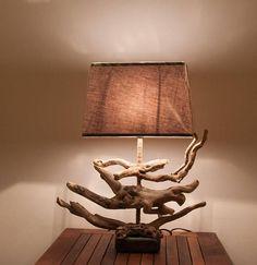 Lampe en bois flotté très contemporaine