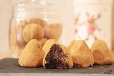 Trufe de ciocolată raw vegan - Home is where you cook Raw Vegan, Cookies, Desserts, Food, Crack Crackers, Tailgate Desserts, Deserts, Biscuits, Essen