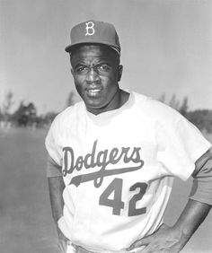 Jackie Robinson est le premier joueur Noir à faire partie de la Ligue majeure de baseball aux États-Unis (1947-1956). Excellent, il contribue à ce que les Dodgers de Brooklyn gagnent six fois le championnat de la Ligue nationale. D'ailleurs, en l'honneur de Robinson, le numéro 42 qu'il portait est retiré de l'équipe des Dodgers en 1972, puis finalement de la  MLB en 1997.