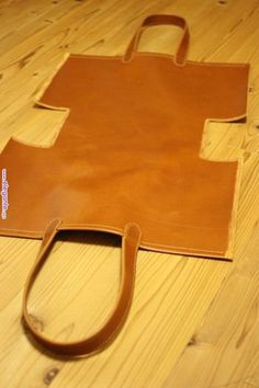 Beste DIY Tasche Leder Tutorials Tuto Sac 16 Ideen – Bags – added to our site quickly. hello sunset today we share Beste DIY Tasche Leder Tutorials Tuto Sac 16 Ideen – Bags – photos of you among the popular hair designs. You can look at all … Leather Bags Handmade, Handmade Bags, Leather Craft, Handmade Handbags, Diy Leather Tote Bag, Diy Leather Projects, Diy Tote Bag, Sewing Leather, Leather Clutch