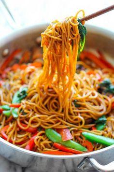 Easy lo mein recipes to cook massas receitas, receitas veget Vegan Dinner Recipes, Vegan Dinners, Veggie Recipes, Asian Recipes, Vegetarian Recipes, Cooking Recipes, Healthy Recipes, Chinese Recipes, Couscous Recipes