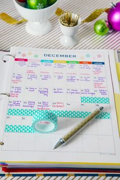 12 DIY Binder Organization Projects - use washi tape to block out holidays! Planer Organisation, School Organization, Organization Hacks, Organizing Ideas, Organising, College Planner Organization, College Binder, Washi Tape, Diy School Supplies