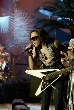 Musical guest Lenny Kravitz performs on May 14 2004