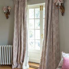 Like the trim and the lining. Prefer a plain linen curtain with contrasting trim (pom pom or as above?)