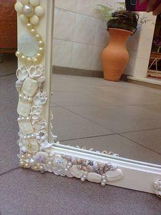 Outro detalhe do espelho em mosaico criado a partir de peças de bijuteria,