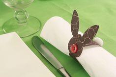 Olá pessoal!! Olhe que dica legal para decorar a mesa na Páscoa!Super fácil! Vamos lá!!! Materiais: papel cartão colorido tesoura lápis cola botão pompons É só seguir as ilustrações, não tem erro!…