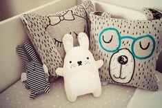 Chambre bébé design scandinave tipi tente indien animal bois tableau ferm living banderole guirlande lampe tapis lit doudou peluche ours lapin