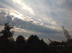 Mooi weer weer vanmorgen. De lucht vol prachtige wolken. Het licht viel zo mooi. #35dagen #anderskijken  #Dag25 #synchroonkijken25 #weer