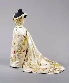 Chenille-embroidered and appliquéd presentation gown, probably French, ca. 1890s Fashion, Edwardian Fashion, Vintage Fashion, Historical Costume, Historical Clothing, Vintage Gowns, Vintage Outfits, English Drama, 1800s Clothing