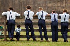 Amish-jongeren bekijken een baseballwedstrijd naast hun school in Bergholz, Ohio.