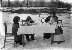 IlPost - Tè tra la neve - Una famiglia prende il tè all'aperto in un giardino ricoperto di neve, nel febbraio del 1909. La foto è stata scattata in una zona non precisata del Regno Unito.   Agency/Getty Images)