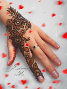 not black henna, two tones. black henna border with red henna inside Mehandi Design For Hand, Mehndi Designs For Kids, Mehndi Designs 2018, Mehndi Design Photos, Beautiful Mehndi Design, Simple Mehndi Designs, Easy Mehndi, Mehndi Images, Henna Mehndi