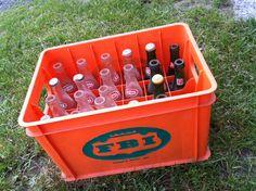 Caisse+bouteilles+bouchons FBI: Soda Epinette Spruce Beer/Ginger Ale /Cola/Fraise strawberry/Limette/Grape Raisin/Orange 1-verte et logo rouge/blanc 2-claire logo rouge/blanc (1&2 dos: notes de musiques et Les breuvages «FBI» quels breuvages Aie-Aie-Aie- 7oz. Fl. Fisher Bros Inc Montreal Canada 3-claire logo vert&rouge/blanc dos: Retournez pour dépôt Return for deposit FBI Foods LTD 7oz liq/198ml