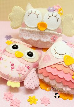 Felt owls  -Ei Menina!   The colors and patterns you use would be up to you.