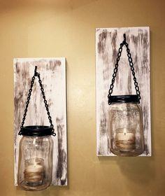 Paire de candélabres Mason jar avec les supports inclus pour accrocher.  Tache sombre puis peint en blanc avec le regard affligé.  Sil vous plaît