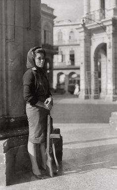 Gökşin Sipahioğlu photo Havana, Cuba 1962. Woman guards bank
