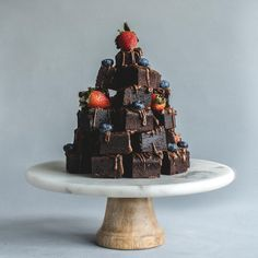Tiramisu cake garnish New collection on cake for you Tiramisu cake garnish with chocolate powder, chocolate slice and strawberries. How To Stack Cakes, Fancy Cakes, Chocolate Slice, Chocolate Brownies, Birthday Cake Delivery, Cake Tower, Wedding Cake Alternatives, Cakes Today, Chocolate Powder
