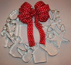 Holiday Cookie Cutter Wreath (http://christyrobbins.blogspot.com/2010/12/christmas-cookie-cutter-wreath.html)