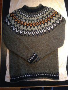 #riddari #lettlopi #knitting #sweather Genser til mannen fra nettbutikken Garnmani. La til litt orange farge i bærestykket. Knit Sweaters, Men Sweater, Knitwear, Knitting, Crochet, Boys, Fashion, Knitting Sweaters, Baby Boys