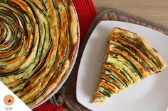 """Aussi belle que bonne, découvrez en images """"étape par étape"""", comment réaliser cette tarte spirale composée de courgettes, de carottes et de jambon fumé!"""