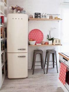 En decoración, hay una lección que todos tenemos aprendida: si dispones de pocos metros, fomenta el doble uso de espacios y muebles.Por ejemplo, en una cocina d