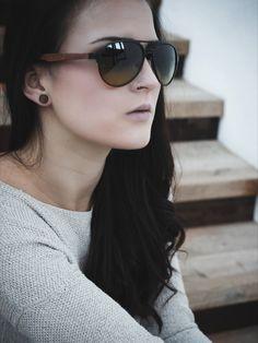 Model slnečných okuliarov HARO je vyrobený z dreva z brestovca. Drevo je tu trendovo doplnené kovovými časťami. Gradientné sklá sú sfarbené zhora intenzívnou červenohnedou farbou až po jemnú svetlo hnedú farbu dole, vďaka čomu sú vhodné na celodenné nosenie pri všetkých svetelných podmienkach.  Súčasťou balenia je aj handrička, vrecúško a šnúrka na okuliare.  #wandelia #laimer #slnecneokuliare #sunglasses Round Sunglasses, Sunglasses Women, Modeling, Round Frame Sunglasses, Modeling Photography, Models