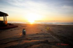 Primeiro nascer do sol na praia.