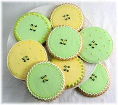 Easy button cookies, just decorate the middle with four dots representing button holes. Maybe do these in Tiffany blue & white? Button Cookies, Cute Cookies, No Bake Cookies, Cookies Et Biscuits, Cupcake Cookies, Sugar Cookies, Cupcakes, Baking Cookies, Baby Shower Treats