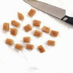 Simpel opskrift på hjemmelavet flødekarameller uden tilsat sukker. Jeg har før ekspertmineret med proteinkarameller. Få begge opskrifter her ➔
